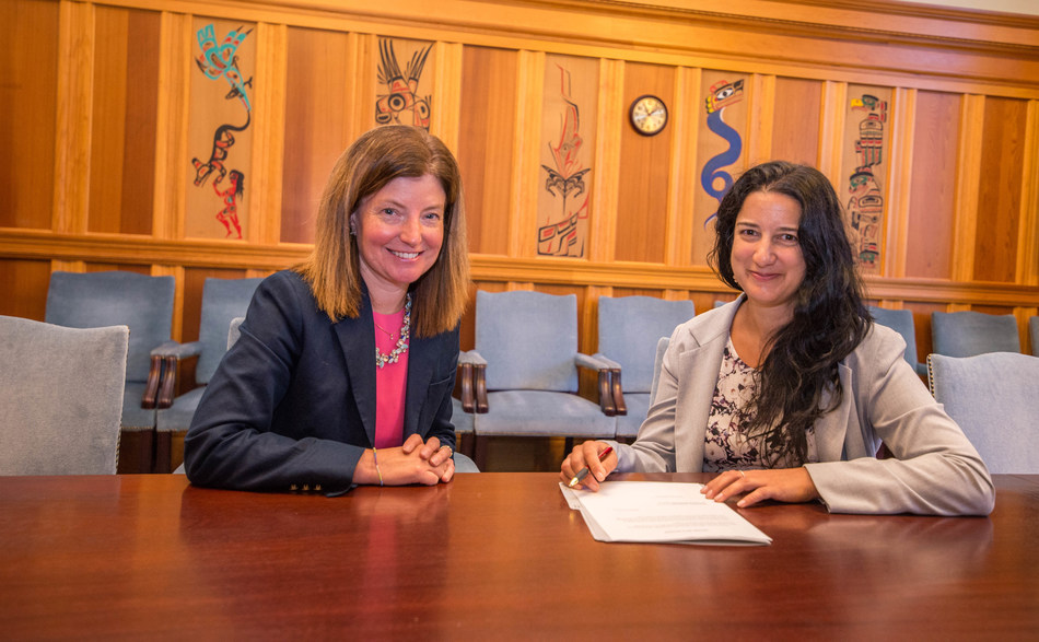 Kasari Govender (shown on right) was sworn in by Acting Clerk Kate Ryan-Lloyd as B.C.'s new human rights commissioner at the Legislature today. The Office of the Human Rights Commissioner will be headquartered in Vancouver. It is Canada's first fully independent human rights commission, and reports directly to the legislative assembly. (CNW Group/The Office of the Human Rights Commissioner, B.C.)