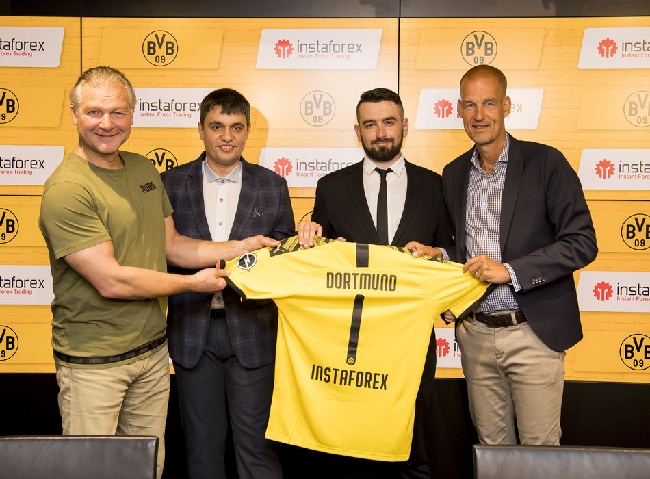 The legend of Borussia Dortmund Wolfgang de Beer, InstaForex Business Development Director Pavel Shkapenko, InstaForex Business Development Director for Asia Roman Tcepelev and CEO of Borusssia Carsten Cramer hold the symbolic Borussia-InstaForex jersey announcing the new partnership
