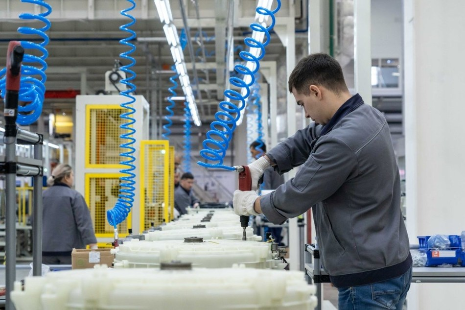 A local employee of Haier is working in the company's Russian factory.