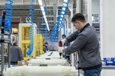 Um empregado local da Haier trabalhando na fábrica russa da empresa. (PRNewsfoto/Xinhua Silk Road Information Se)