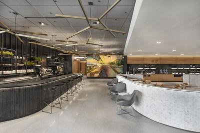 Idéalement situé dans la zone des portes d'embarquement des vols intérieurs, le Café Air Canada propose aux clients une vaste sélection de boissons de spécialité à emporter, ou à déguster sur place en profitant du Wi-Fi gratuit dans un décor décontracté de type bistro. (Groupe CNW/Air Canada)