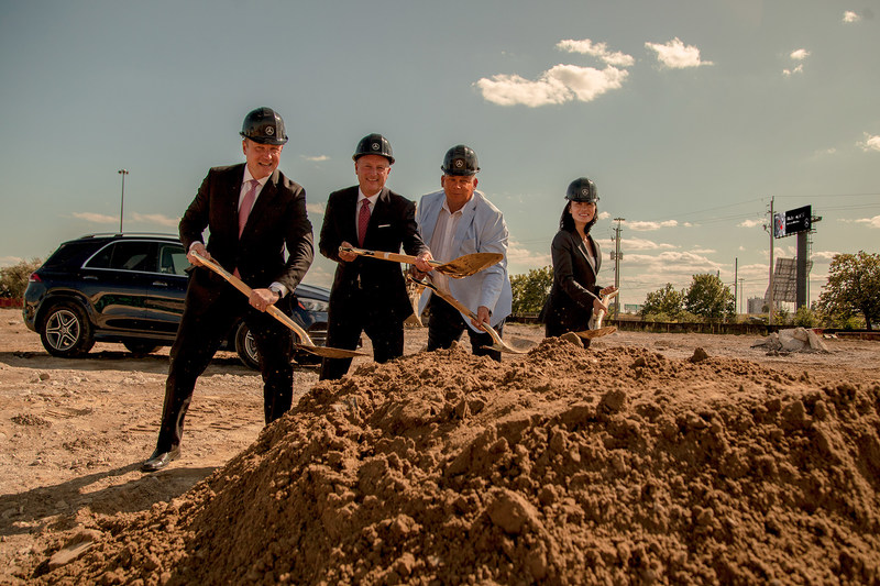 Robert Muller, Vice President, Corporate Retail, Brian Fulton, President & CEO of Mercedes-Benz Canada, Ward 3 Councillor for Etobicoke-Lakeshore, Mark Grimes, and Freda Wang, Vice President, Network, Training and Process Development, break ground at the future site of Mercedes-Benz Etobicoke. (CNW Group/Mercedes-Benz Canada Inc.)