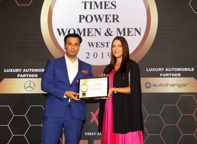 Dr. Shome receiving the award from Neha Dhupia