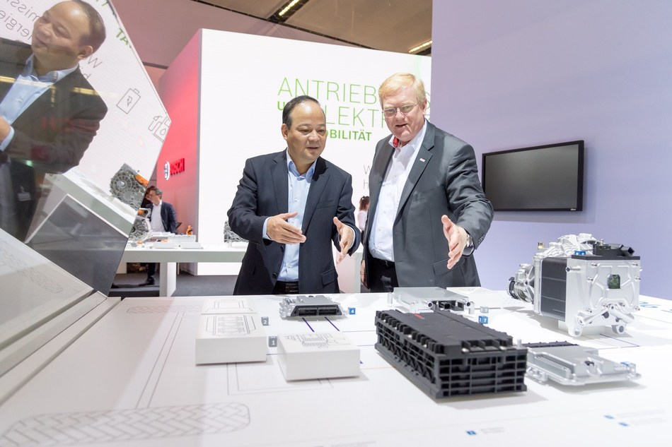 Dr. Robin Zeng, Founder, Chairman and CEO of CATL (Left) and  Dr. Stefan Hartung, member of the board of management and chairman of the Mobility Solutions business sector (Right). (PRNewsfoto/CATL)