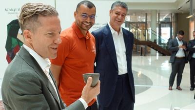 El fundador de Ninety Plus, Joseph Brodsky, en primer plano, el fundador de The Espresso Lab, Ibrahim Al Mallouhi, en el medio, y el socio de Ninety Plus Guillermo de Saint Malo Eleta, bien a la derecha, presentan el prototipo del café de Panamá que se vendió por USD 10.000 el kilogramo en Dubái.