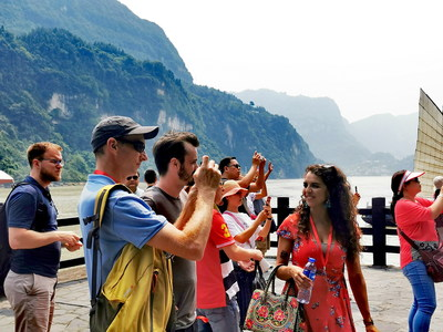 Travel agency representatives from China and abroad pay home visit to local people in the Three Gorges.