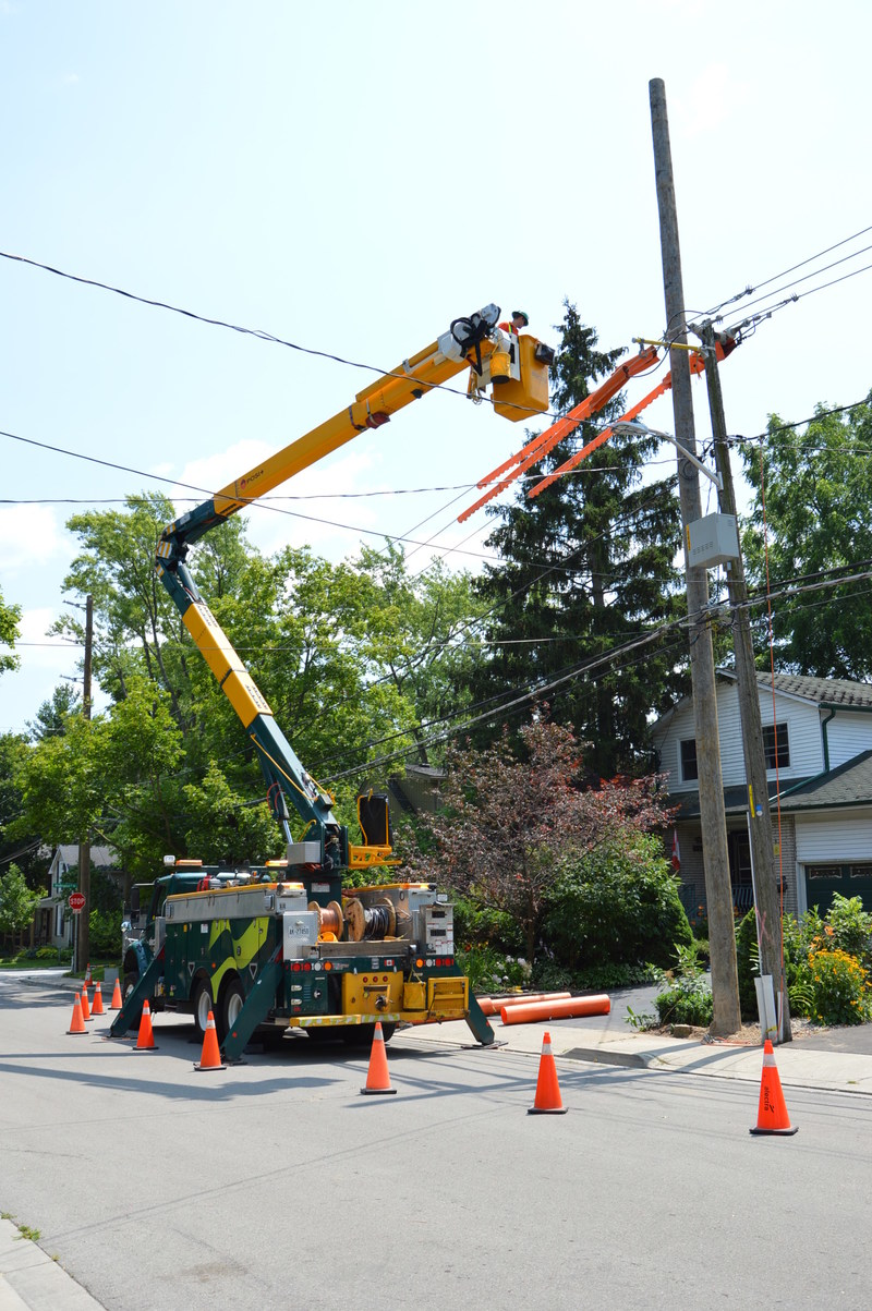 Alectra crews working on a pole replacement in the Dundas area (CNW Group/Alectra Utilities Corporation)