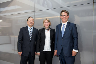 From left to right - Dr. Robin Zeng, Founder, Chairman and CEO, Contemporary Amperex Technology (CATL) - Gesa Reimelt, Head of E-Mobility Group Daimler Trucks & Buses - Dr. Frank Reintjes, Head of Global Powertrain, E-Mobility and Manufacturing Engineering Daimler Trucks & Buses
