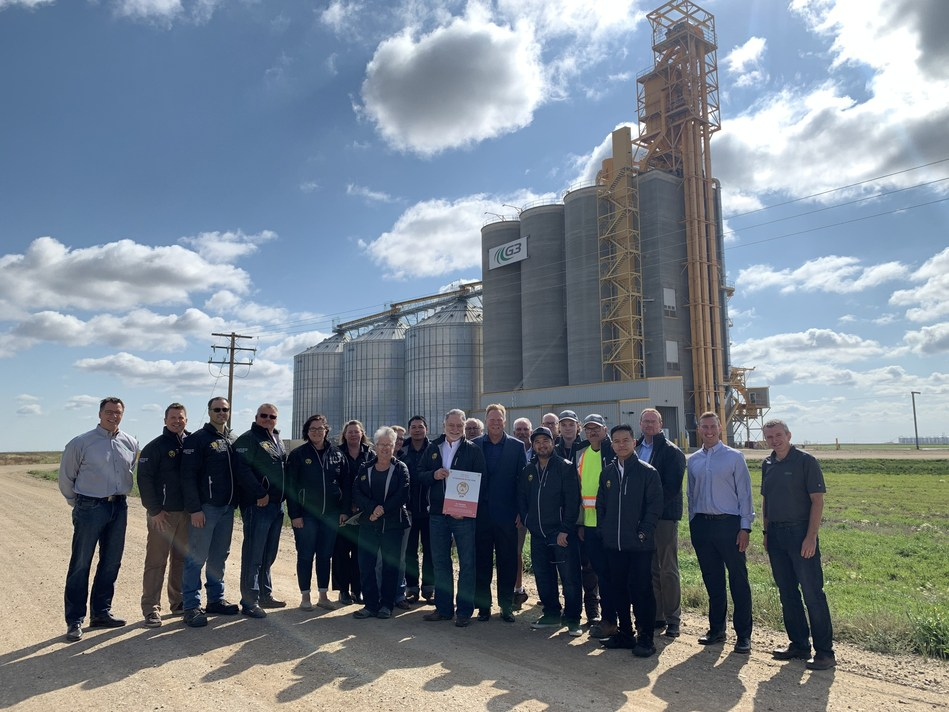 Murray Hamilton, CP Assistant Vice-President, Sales and Marketing, Grain presents the G3 Pasqua team with the 2018-2019 Grain Elevator of the Year award. (CNW Group/Canadian Pacific)