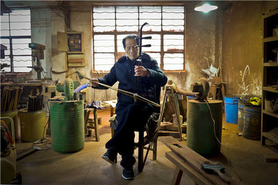 Gu Yue, a well-known company in Wuxi that produces erhu, is home to dozens of middle-aged artisans who painstakingly assemble each erhu by hand. [Photo by Alywin Chew/China Daily]