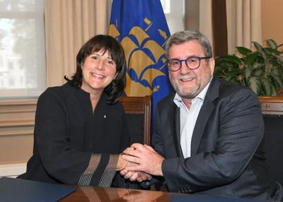 La présidente et chef de la direction d'Énergir, Sophie Brochu, et le maire de la Ville de Québec, Régis Labeaume, ont procédé aujourd'hui à la signature officielle de l'entente pour l'achat du gaz naturel renouvelable produit par le centre de biométhanisation. (Groupe CNW/Énergir)