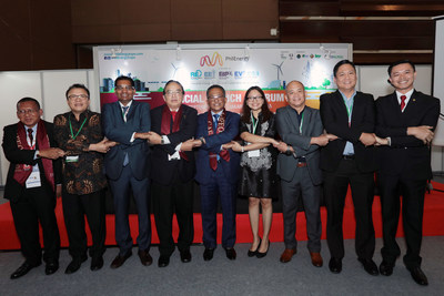 ASEAN HANDSHAKE. (from left) Ir. Mohd Khir bin Muhammad (Hon. Sec – IEM); Dr. S. Milton (Sr Advisor of METI); Mr. M. Gandhi (Group Man. Dir. (ASEAN Bus.) & Sr. VP- Informa Markets Asia); Ir. David Lai Kong Phooi (Pres. - IEM); Dato' Ir. Ahmad Asri Hamid (Chief Exec - CIDB, Malaysia); Ms. Maria Concepcion Simundac (CorpSec - PE2); Mr. Erel Narida (Pres - REAP); Mr. Edmund Araga (Pres - eVAP); and Dr. Cirilo Calibjo (Nat Pres - IIEE).