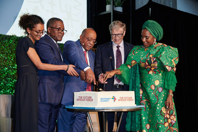 """Hadeel Ibrahim, Co-Chair, The Africa Center; Aliko Dangote, Chairman, Aliko Dangote Foundation; Mo Ibrahim, Chair, Mo Ibrahim Foundation; Bill Gates, co-founder, Bill and Melinda Gates Foundation and Halima Dangote, Board President, The Africa Center cut a cake at the Future Africa Forum at The Africa Center in New York, where a transformative $20 million donation by the Aliko Dangote Foundation was announced. In recognition of this historic donation, the Center renamed its venue """"The Africa Center at Aliko Dangote Hall"""" at a ceremony during the Future Africa Forum."""
